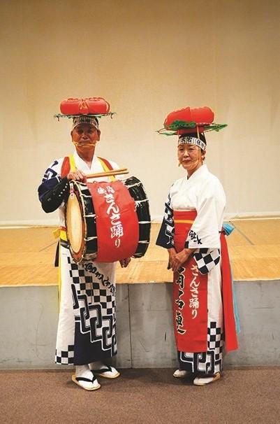 三飒舞者及鼓手皆头戴着莲花头饰。