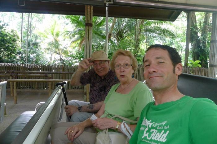 充分游览新加坡后,才一同返回英国。