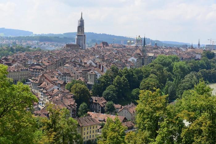 瑞士首都伯恩,环山而立,古色古香。