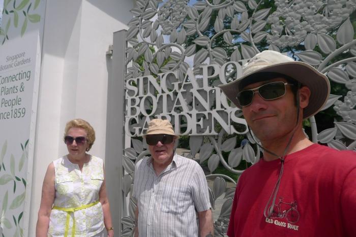 马克带抵达新加坡的父母到新加坡植物园游览。