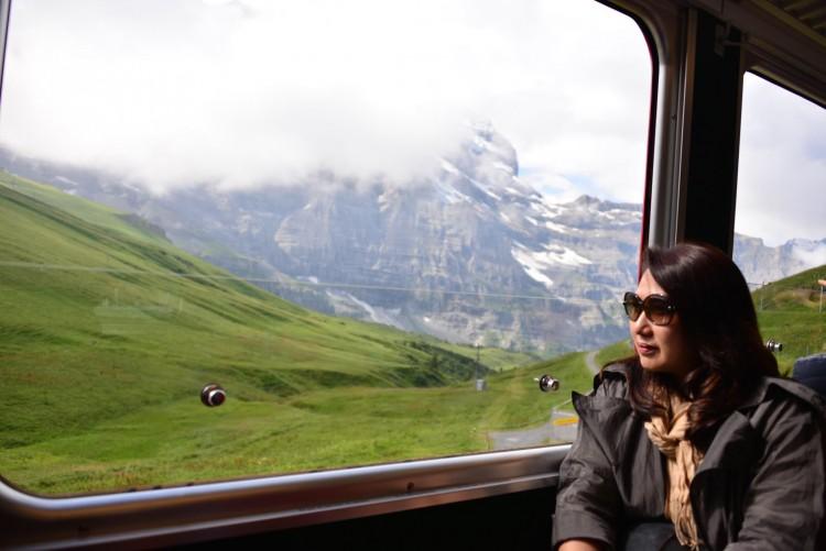 登上火车与窗外如诗如画的意境;瑞士国家品牌特征。