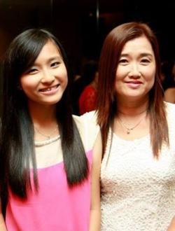 江淑殷(左) APPLE101精品与电子商务助理 与妈妈