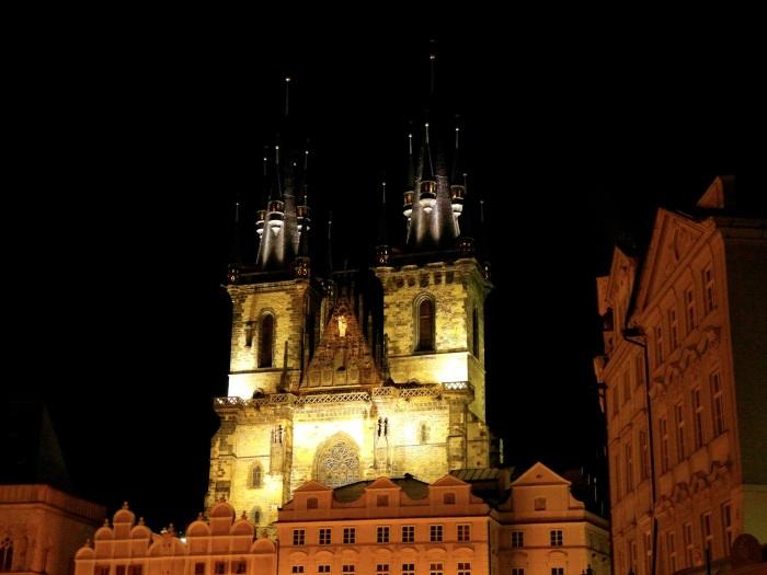 夜晚的提恩教堂,也多添了几分黑色诡异。