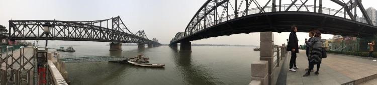 丹东与朝鲜隔着一片鸭绿江,两岸相遥望。