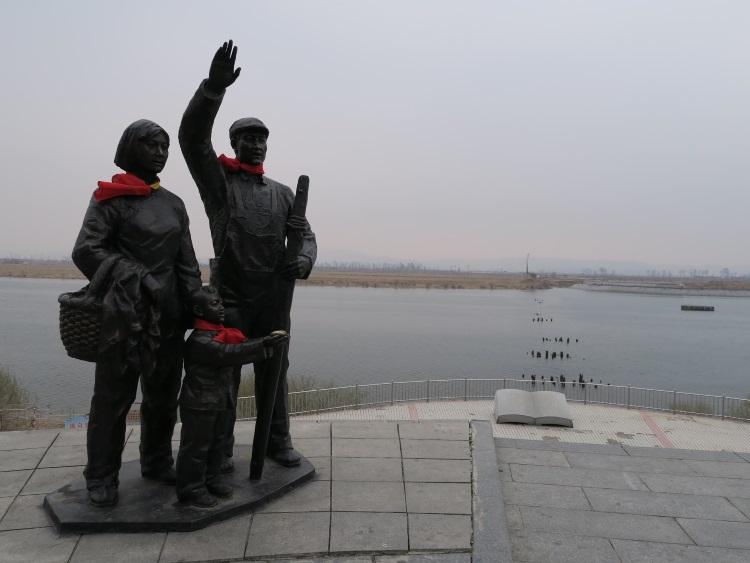 出走鸭绿江边有多座雕像,纪念当年抗美援朝的历史。