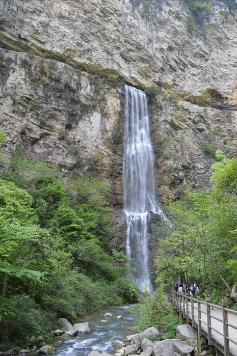 自山岩石壁流出的瀑布,非常美丽。