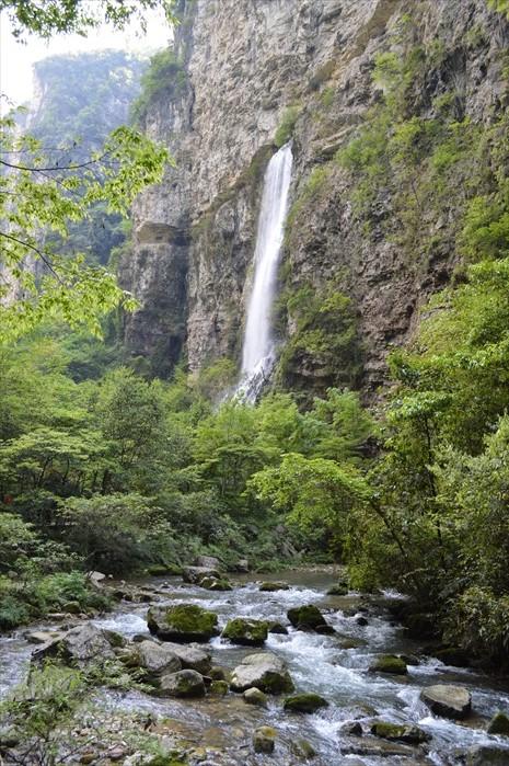 瀑布流出来的水形成溪流,又是另一幅动人景致。