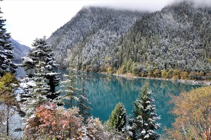 浓雾、白雪、蓝湖交织出梦幻般美景。