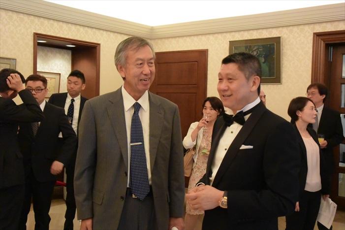 日本驻马大使宮川 真喜雄(左)与 蘋果旅遊集团董事经理拿督斯里 李益辉 太平绅士(右)。