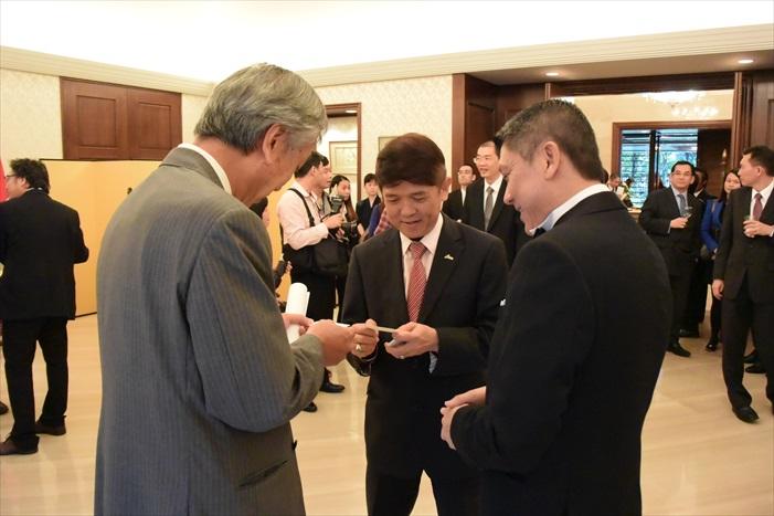 Datuk Seri Nelson Kwok(中)