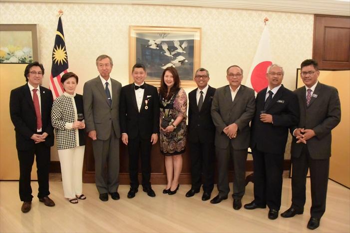 左起:许育兴、日本驻马大使夫人裕子、日本驻马大使宮川 真喜雄、李益辉与刘丽萍伉俪、Dato' Muzammil Mohamad与Haji Hamzah Rahmat。
