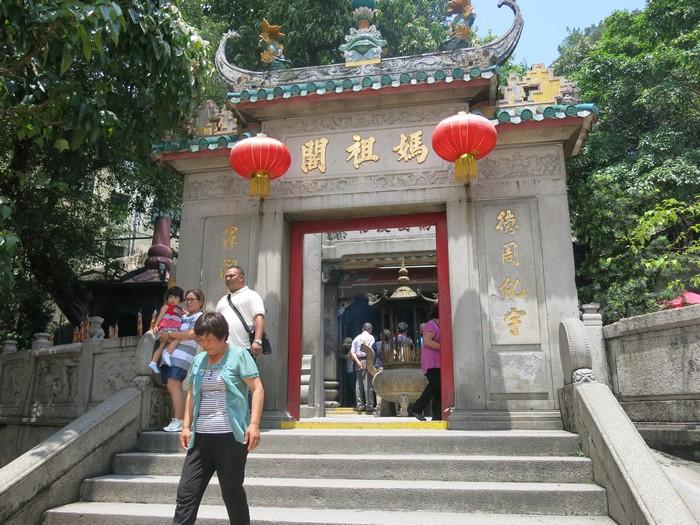 """妈阁庙,存在至今已逾五百年,澳门名胜古迹之一。 它也是现存庙宇中有实物可考的最古老的庙宇,该庙包括""""神山第一""""殿、正觉禅林、弘仁殿、观音阁等建筑物。"""