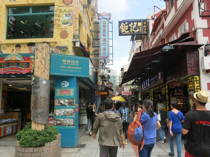 """想买手信尝美食?澳门氹仔市中的""""官也街""""最适合不过了!"""