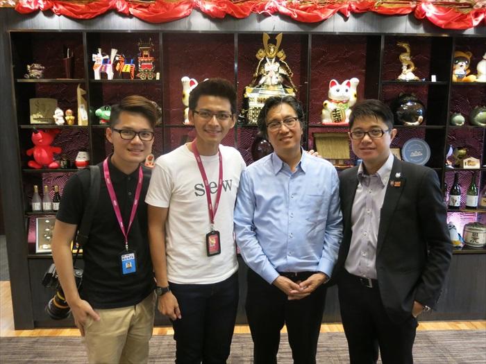 Astro AEC 《八点最热报》主播庄文杰(左二)以及摄影记者吴佳蓉(左一)采访蘋果旅遊集团副董事经理拿督斯里许育兴。右为蘋果101执行董事黄引辉。