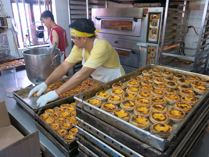 路环美食- 来到澳门怎么不吃鼎鼎大名的蛋挞呢?安德鲁饼店(Lord Stow's Bakery)是澳门葡式蛋挞的始祖,每日都新鲜出炉的蛋挞。外皮酥脆,轻轻咬一口就和香嫩的鸡蛋馅结合在一块儿~太赞啦!