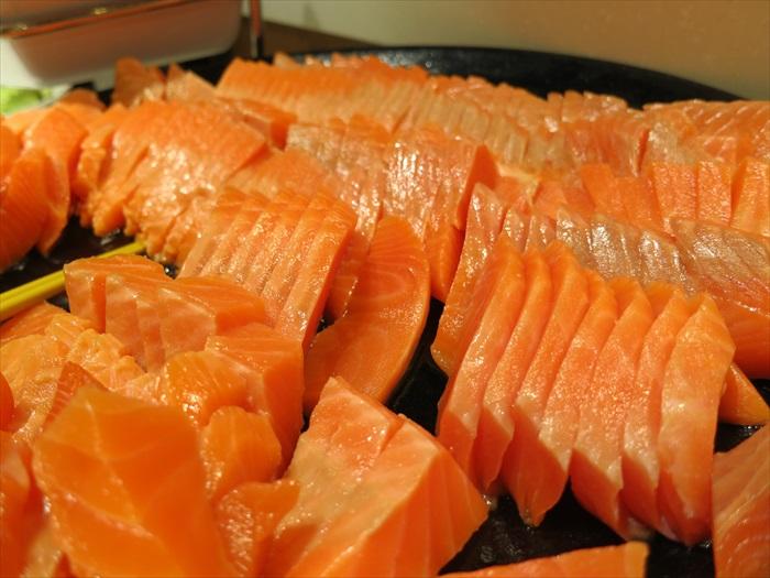 三文鱼厚切好吃,嫌不够厚你还可以两片夹着一起吃!