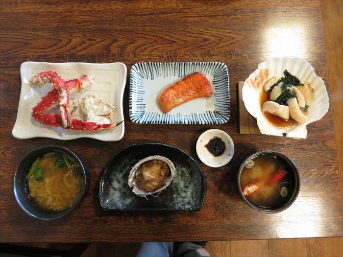 北海道至鲜活海鲜套餐,囊括了帝王蟹、三文鱼、大带子和鲍鱼!