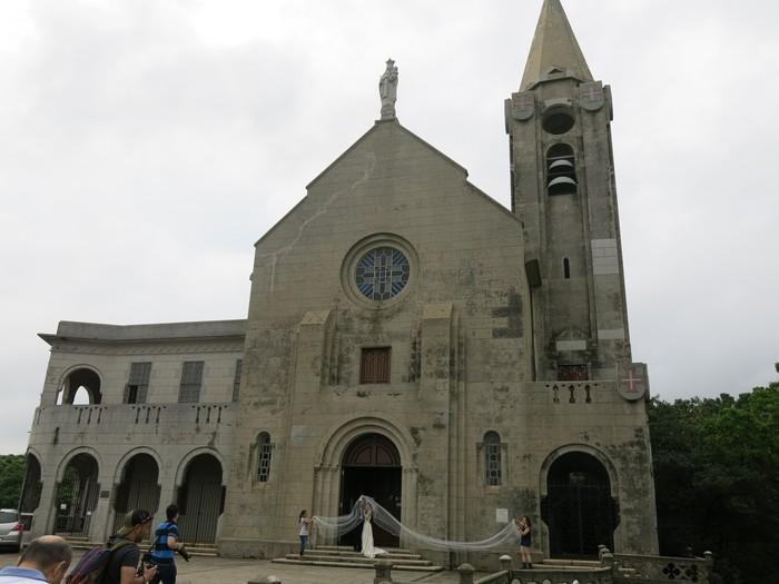 主教山教堂,位于西望洋山。由于处在山区,能看见澳门最标志性的景致,教堂环境清幽,也成了新人结婚拍摄景地。