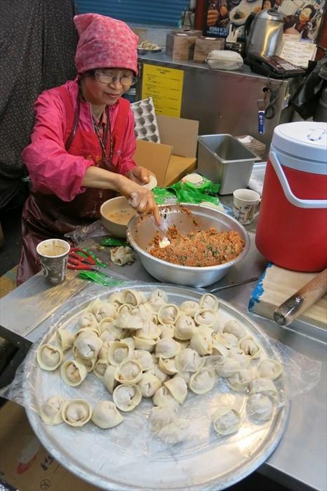 正在包饺子的阿祖玛。