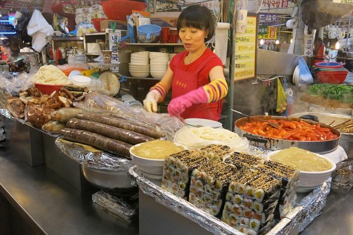 这个档摊售卖多种热食。