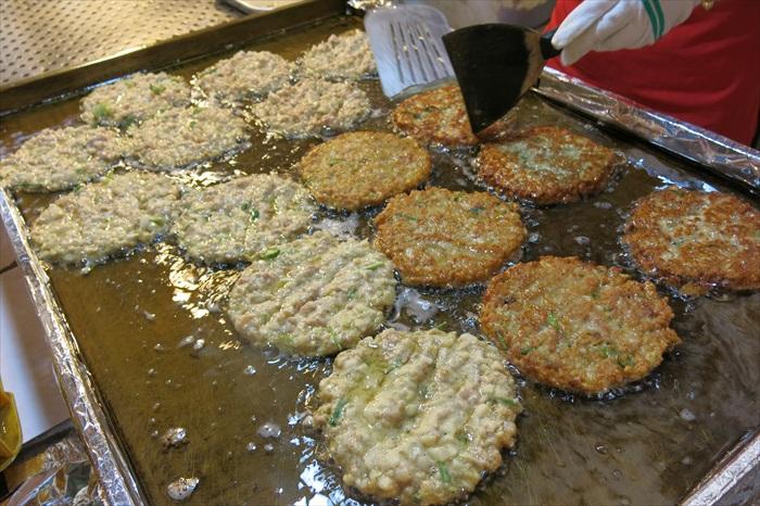 磨出来的黄豆浆会和其他材料混合,做成饼状再拿去煎。