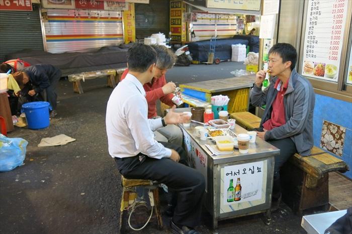 当地人常常点几片煎饼,和朋友边聊边吃。