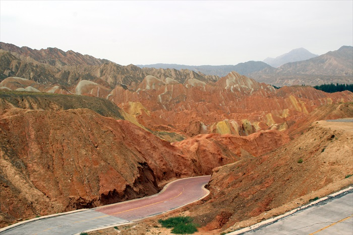 不同的矿物颜色,让山有着不同的颜色。