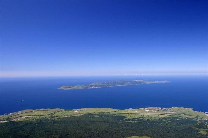 利尻岛瞭望礼文岛;从礼文富士町山丘可以瞭望十里外的礼文岛(维基照片)。