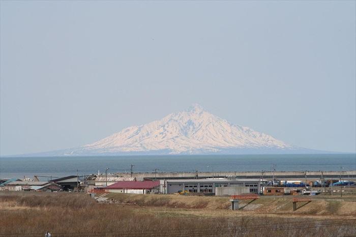 从北海道稚内遥望50海里外的利尻岛山;凸白斑斑、傲气十足!(维基照片)