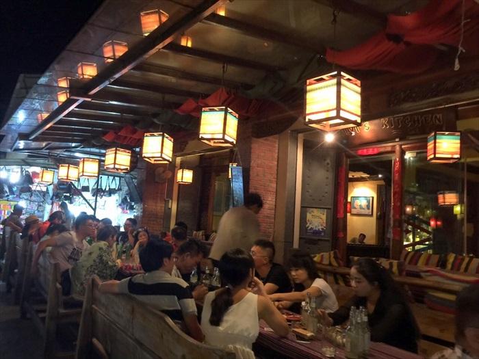 各种酒吧、咖啡厅的环境风格迥异,但都甚具味道。