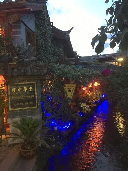 丽江古城规模不小。