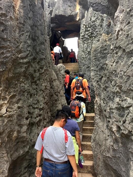游客在石头之间穿梭,走往最佳视角。