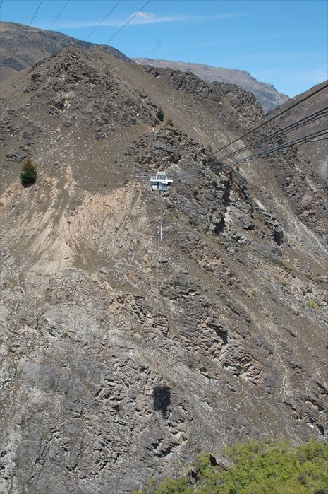 这就是134米的Nevis Bungy,那个红色小点,就是穿着圣诞装在弹跳着的人。