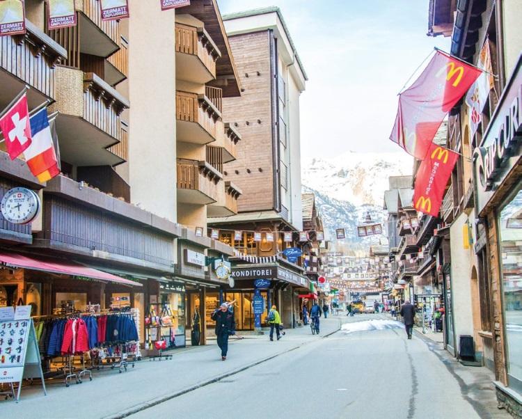 这条短短的商店街足以满足所有旅客的欲望。