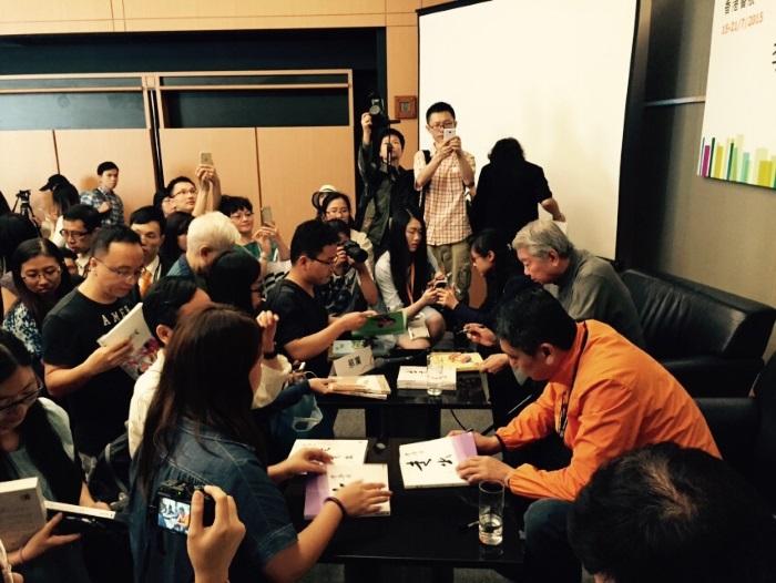 新书广受欢迎,李桑与蔡澜为书迷签名。