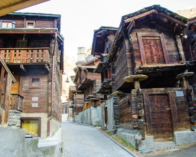 这条小巷里,唱着的是传统瓦萊州當地的建筑,别有一番滋味。