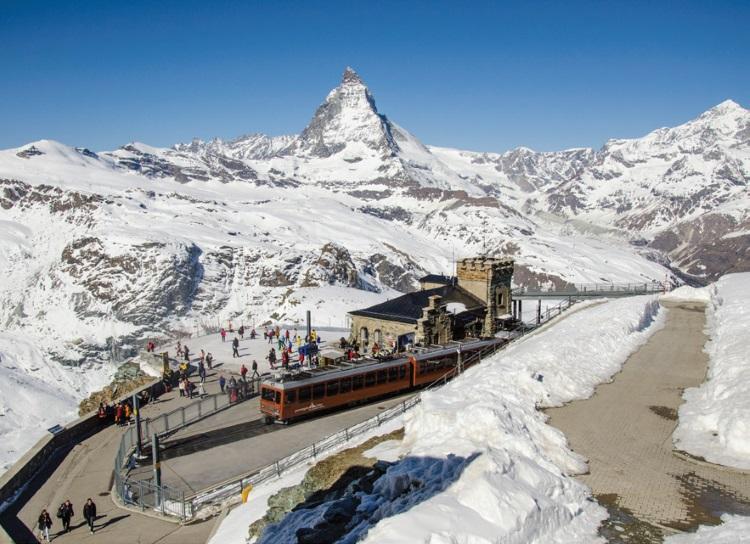 火车终点,小马特宏峰针尖般大小的山巅观景台——达戈尔内格拉特(Gornergrat)观景台。