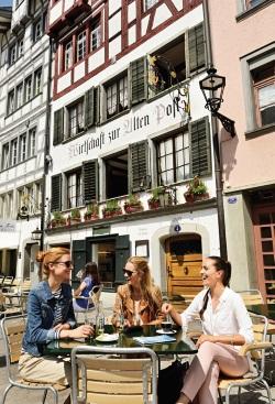 圣加仑旧城区。这里有着各样格式的商店、餐厅、户外市 场等,最适合喜爱逛街或感受欧洲的户外气氛的旅客了。