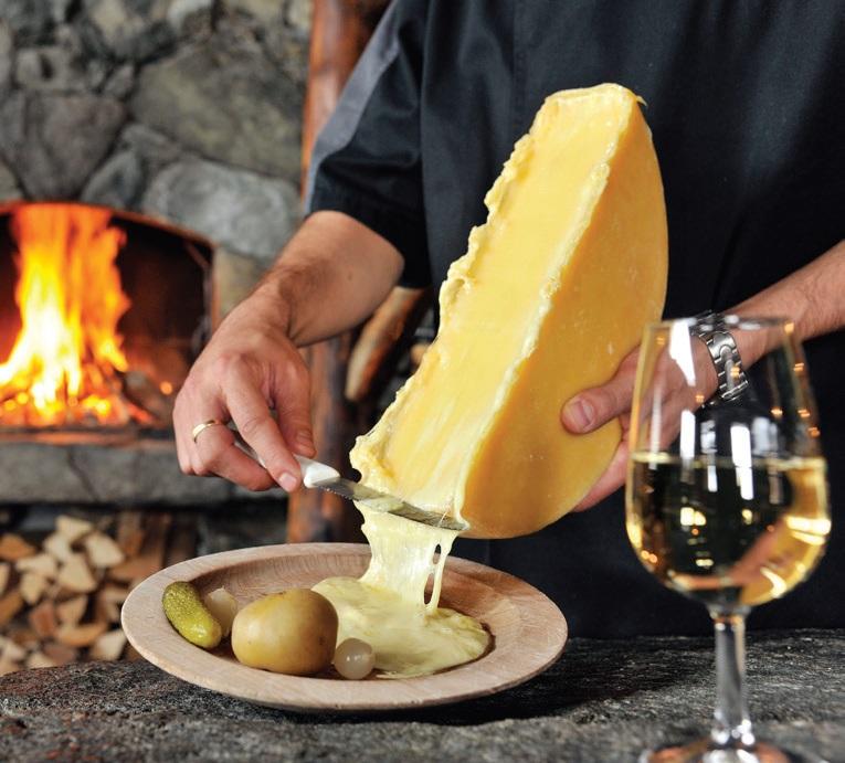 将克雷特(raclette)芝士以热度加温融化后,刮进盘中。吃起来溢香又不腻,配上红酒或白酒,完美!