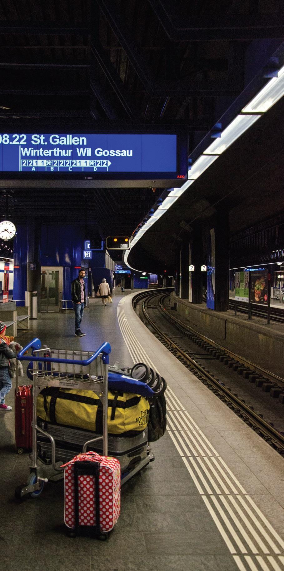 候车站上的指示牌,会清楚写着电车抵达时间,前往地点,而下面那1、1、2、2的就是一等座和2等座的车厢。