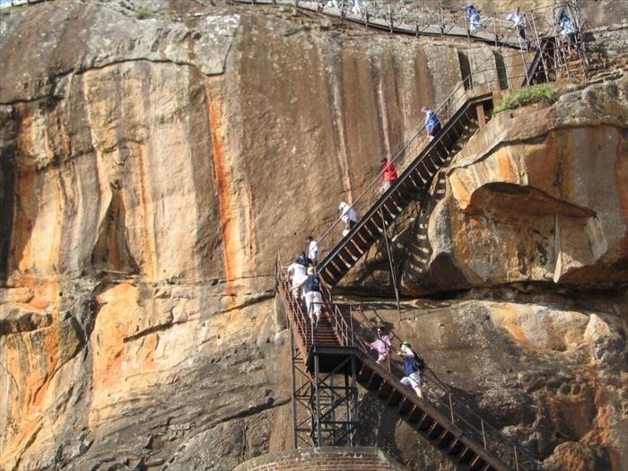攀登石级往上登顶。