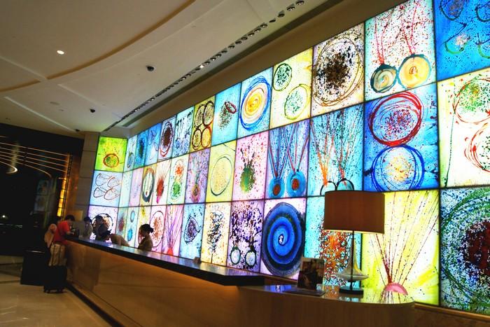 美高梅 咨询柜台,创意细心的背景布设,透过彩色展示现今动艺术的大胆及动感。