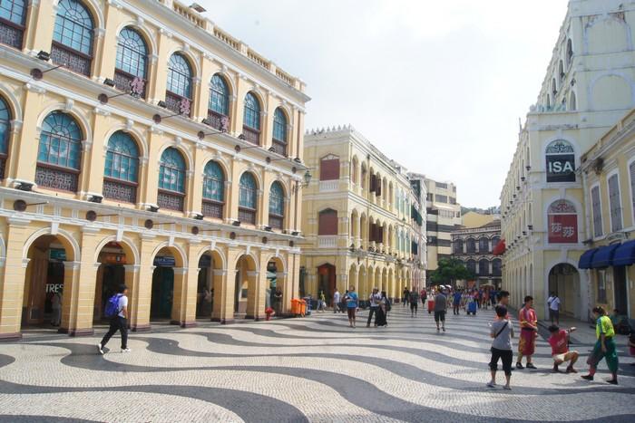 议事厅前地的水波纹路,为这座城带来欧洲大陆海洋文化的气息。周围一带的建筑物也极富欧洲特色。