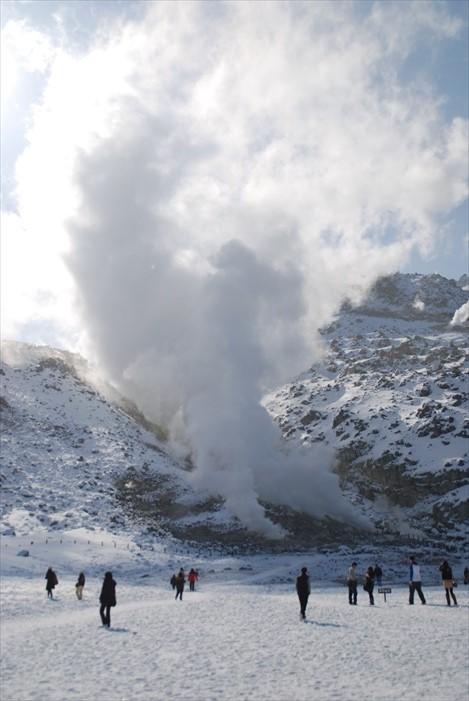 硫磺山毕竟是火山,其高温还是能冰雪不能在中心部冻结,人当然也不能太靠近哟!