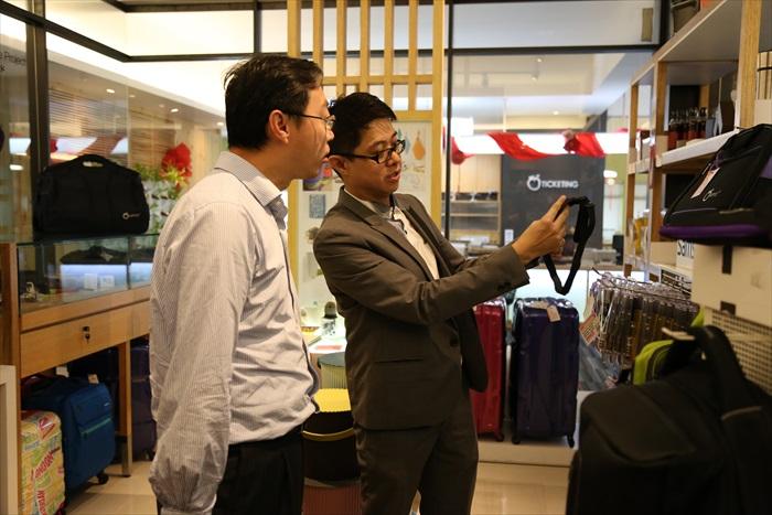 黄引辉向副局长陈奕辉展示Apple 101精品。