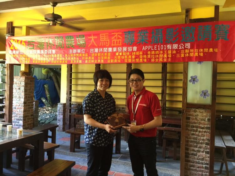 团长 兼 蘋果101执行董事 黄引辉(右) ,将纪念品转交于行政院农业委员会 廖丽兰 技正。