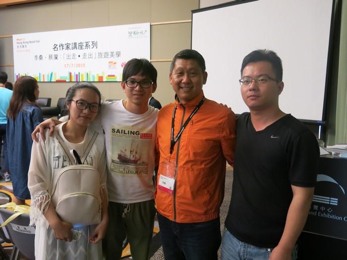 李桑与来自浙江的读者合影。