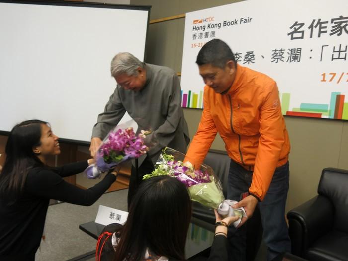 分享会结束,大会赠送鲜花予李桑及蔡澜。