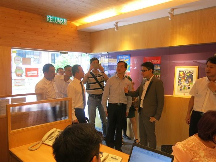 蘋果101执行董事黄引辉(右),带领大伙走访蘋果旅遊集團各个部门。