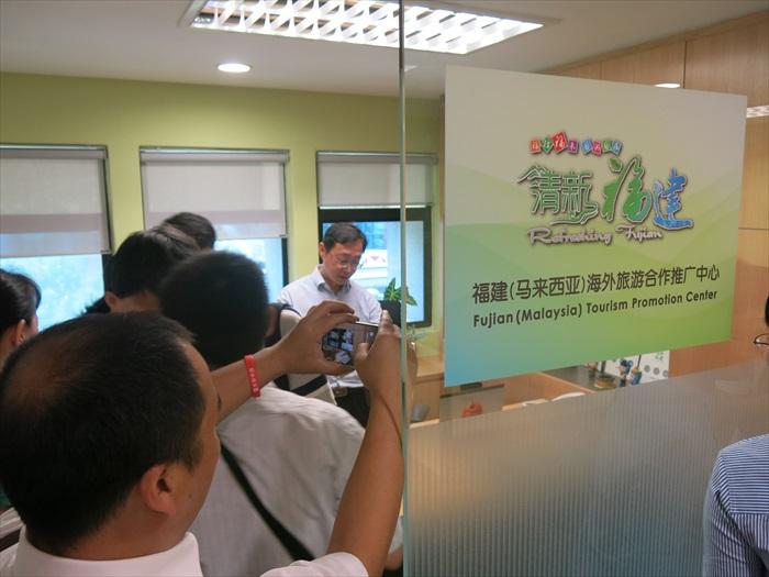 大伙到福建(马来西亚)海外旅游合作推广中心办公室参观。